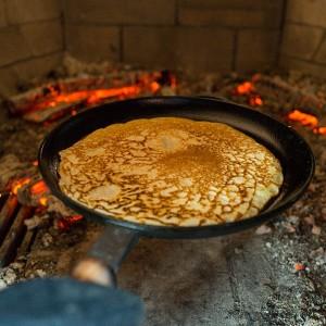 Приготовление блинов в русской печи